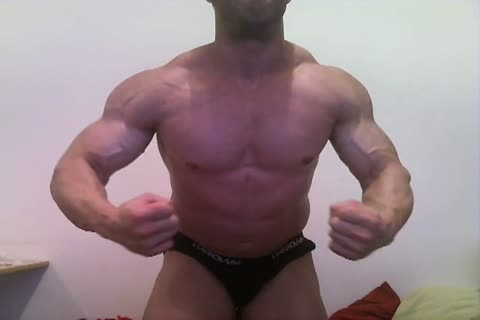Muscle fellow jerk off On daybed And Flex