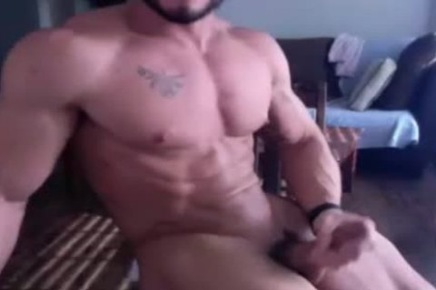 Muscle guy receives in nature's garb And Wanks On cam