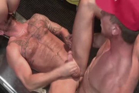 Muscle Bear threesome And Facial sperm
