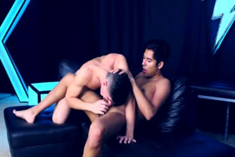Kinky stluds fuck each other raw on the sofa