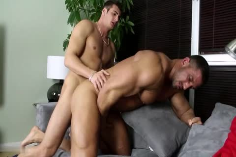 A cock-Hungry Bodybuilder Bottoms